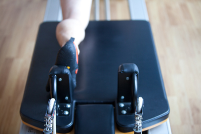 Els exercicis de Mar Pilates Vic es poden fer sobre una màrfega o en un conjunt d'aparells especialitzats